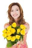Ευτυχής γυναίκα που δίνει τη δέσμη των τριαντάφυλλων Στοκ φωτογραφία με δικαίωμα ελεύθερης χρήσης
