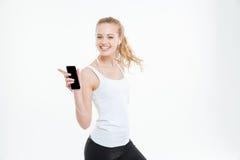 Ευτυχής γυναίκα που ακούει το misuc από το κενό smartphone οθόνης Στοκ Εικόνες