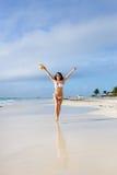 Ευτυχής γυναίκα που απολαμβάνει της ελευθερίας στην τροπική παραλία στις διακοπές Στοκ Εικόνα