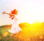 Ευτυχής γυναίκα που απολαμβάνει τη φύση στοκ εικόνες