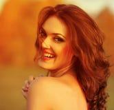 Ευτυχής γυναίκα που απολαμβάνει τη φύση. Στοκ φωτογραφίες με δικαίωμα ελεύθερης χρήσης