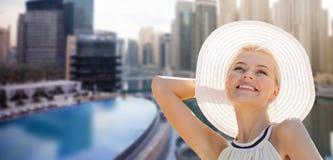 Ευτυχής γυναίκα που απολαμβάνει το καλοκαίρι πέρα από την πόλη του Ντουμπάι στοκ εικόνες
