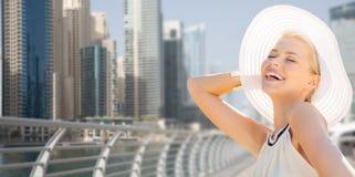 Ευτυχής γυναίκα που απολαμβάνει το καλοκαίρι πέρα από την πόλη του Ντουμπάι στοκ φωτογραφία με δικαίωμα ελεύθερης χρήσης
