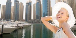 Ευτυχής γυναίκα που απολαμβάνει το καλοκαίρι πέρα από το λιμάνι πόλεων του Ντουμπάι στοκ φωτογραφία