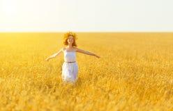 Ευτυχής γυναίκα που απολαμβάνει το καλοκαίρι υπαίθρια στο σίτο στοκ εικόνα