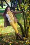 Ευτυχής γυναίκα που απολαμβάνει το φθινόπωρο Στοκ φωτογραφίες με δικαίωμα ελεύθερης χρήσης