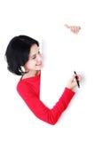 Ευτυχής γυναίκα που γράφει με μια πέννα στο κενό χαρτόνι. Στοκ εικόνα με δικαίωμα ελεύθερης χρήσης