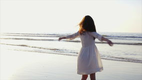 Ευτυχής γυναίκα που γυρίζει και που στροβιλίζει γύρω στην παραλία φιλμ μικρού μήκους