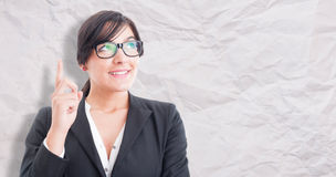 Ευτυχής γυναίκα που δείχνει μια επιχειρησιακή ιδέα Στοκ εικόνες με δικαίωμα ελεύθερης χρήσης