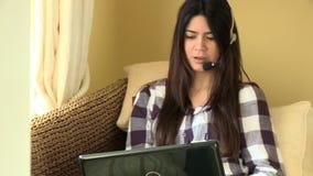 Ευτυχής γυναίκα που εργάζεται σε ένα lap-top με την κάσκα φιλμ μικρού μήκους