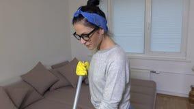 Ευτυχής γυναίκα που κάνει τα οικιακά και το χορό απόθεμα βίντεο