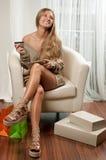 Ευτυχής γυναίκα που κάνει on-line να ψωνίσει στο σπίτι Στοκ Εικόνες