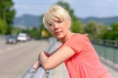 Ευτυχής γυναίκα που κοιτάζει σοβαρά στη κάμερα Στοκ Εικόνα