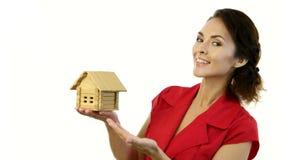 Ευτυχής γυναίκα που κρατά ένα μικρό σπίτι στα χέρια της απόθεμα βίντεο