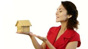Ευτυχής γυναίκα που κρατά ένα μικρό σπίτι στα χέρια της φιλμ μικρού μήκους