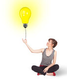 Ευτυχής γυναίκα που κρατά ένα μπαλόνι λαμπών φωτός Στοκ Εικόνα