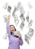 Ευτυχής γυναίκα που κρατά τους $100 Bill με πολλούς που πέφτουν γύρω Στοκ εικόνες με δικαίωμα ελεύθερης χρήσης