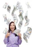 Ευτυχής γυναίκα που κρατά τους $100 Bill με πολλούς που πέφτουν γύρω Στοκ φωτογραφία με δικαίωμα ελεύθερης χρήσης