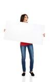 Ευτυχής γυναίκα που κρατά το κενό έμβλημα Στοκ εικόνες με δικαίωμα ελεύθερης χρήσης