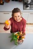 Ευτυχής γυναίκα που κρατά ψηλά το μήλο κρατώντας τα λαχανικά πτώσης Στοκ Φωτογραφία