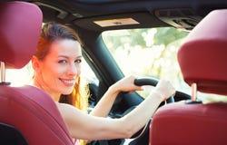 Ευτυχής γυναίκα που οδηγεί το νέο αυτοκίνητό της στοκ φωτογραφία