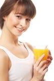 Ευτυχής γυναίκα που πίνει το χυμό από πορτοκάλι. Στοκ εικόνα με δικαίωμα ελεύθερης χρήσης