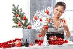 Ευτυχής γυναίκα που παίρνει έτοιμη για τα Χριστούγεννα Στοκ φωτογραφίες με δικαίωμα ελεύθερης χρήσης