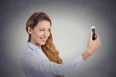 Ευτυχής γυναίκα που παίρνει selfie με το smartphone Στοκ φωτογραφία με δικαίωμα ελεύθερης χρήσης