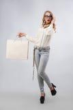 Ευτυχής γυναίκα που παρουσιάζει τσάντες αγορών με το κενό διάστημα αντιγράφων για το κείμενο Στοκ εικόνα με δικαίωμα ελεύθερης χρήσης