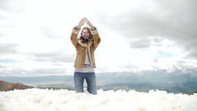 Ευτυχής γυναίκα που πηδά στα χειμερινά βουνά, ενεργός θηλυκή φύση απόλαυσης, παιχνίδι κοριτσιών στο χιόνι, έφηβος που έχουν τη δι φιλμ μικρού μήκους