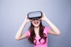 Ευτυχής γυναίκα που προσέχει την εικονική πραγματικότητα Στοκ Εικόνες