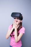 Ευτυχής γυναίκα που προσέχει την εικονική πραγματικότητα Στοκ εικόνα με δικαίωμα ελεύθερης χρήσης