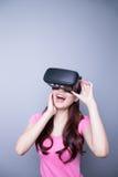 Ευτυχής γυναίκα που προσέχει την εικονική πραγματικότητα Στοκ Εικόνα