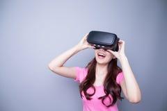 Ευτυχής γυναίκα που προσέχει την εικονική πραγματικότητα Στοκ Φωτογραφίες