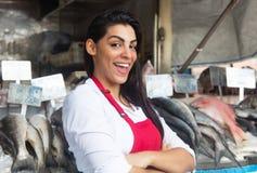 Ευτυχής γυναίκα που πωλεί τα φρέσκα ψάρια σε μια λατινική αγορά ψαριών στοκ φωτογραφία