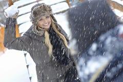 Ευτυχής γυναίκα που ρίχνει τη χιονιά Στοκ Εικόνα