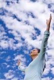 Ευτυχής γυναίκα που στέκεται έξω με τις ανοικτές αγκάλες Στοκ Εικόνες