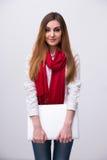 Ευτυχής γυναίκα που στέκεται με το lap-top Στοκ Εικόνες