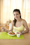 Ευτυχής γυναίκα που τρώει τα ζυμαρικά στοκ φωτογραφίες με δικαίωμα ελεύθερης χρήσης