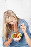 Ευτυχής γυναίκα που τρώει τη σαλάτα νωπών καρπών Στοκ φωτογραφία με δικαίωμα ελεύθερης χρήσης