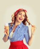Ευτυχής γυναίκα που τρώει το παγωτό, που απομονώνεται στο λευκό στοκ εικόνες