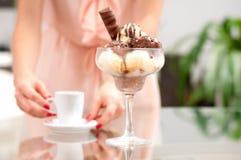 Ευτυχής γυναίκα που τρώει το παγωτό σοκολάτας και βανίλιας Στοκ Εικόνα
