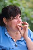 Ευτυχής γυναίκα που τρώει το πρόχειρο φαγητό Στοκ Φωτογραφίες