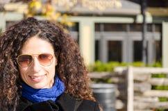 Ευτυχής γυναίκα που χαμογελά μια κρύα ημέρα πτώσης στοκ εικόνες με δικαίωμα ελεύθερης χρήσης
