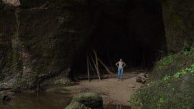 Ευτυχής γυναίκα που χορεύει και που πηδά στο σπήλαιο απόθεμα βίντεο