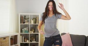 Ευτυχής γυναίκα που χορεύει με mp3 το φορέα της στοκ εικόνες