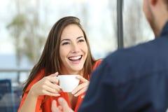 Ευτυχής γυναίκα που χρονολογεί σε μια καφετερία στοκ φωτογραφίες με δικαίωμα ελεύθερης χρήσης