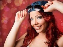 Ευτυχής γυναίκα σε ένα πορτρέτο χαμόγελου ΚΑΠ. Στοκ Φωτογραφία