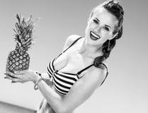 Ευτυχής γυναίκα σε swimwear στον ανανά εκμετάλλευσης ακτών Στοκ Εικόνα