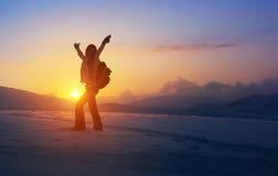 Ευτυχής γυναίκα στα βουνά στοκ φωτογραφία με δικαίωμα ελεύθερης χρήσης